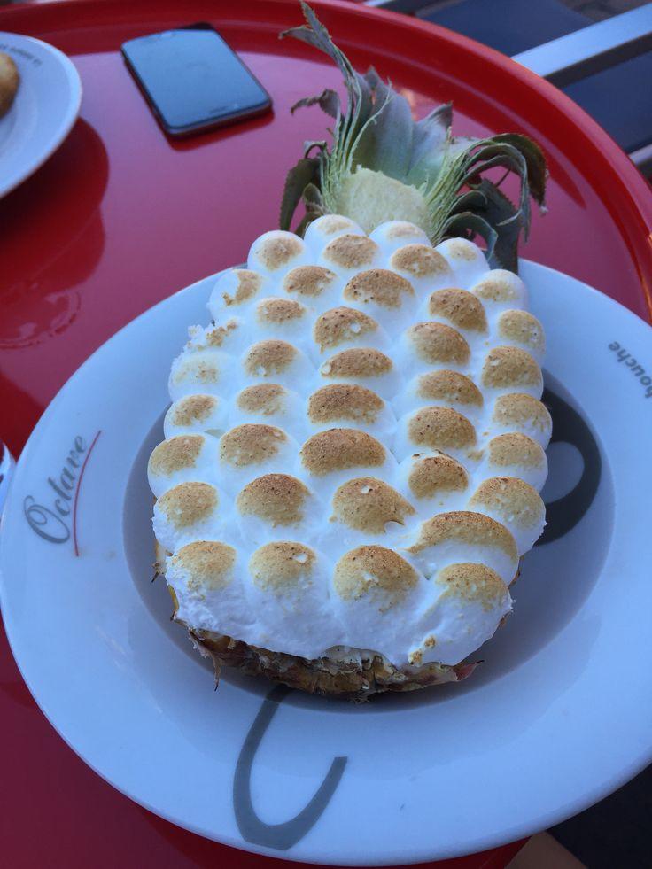 Mamamia qu'il était bon ce gouter : Ananas à la crème glacé vanille, morceau d'ananas flambé au rhum et le tout meringué - Chez Octave, Toulouse