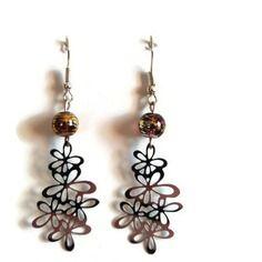 """Boucles d'oreilles en perles de verre marron reflets dorés et argentés et breloque """"guirlande de fleurs"""""""