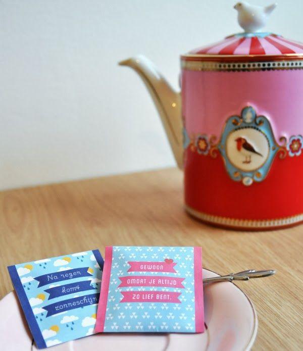 Door Olga: Het lijkt wel alsof ik tegenwoordig alleen nog maar aan warme drankjes zit te slurpen. Eerst de chocolademelk, vorige week de pumpkin spiced latte en nu thee. Maar dit is geen recept, ik ga je niet leren hoe je thee moet maken. Nee, ik heb een free printable gemaakt die je makkelijk tot een mini-cadeautje kunt omtoveren.Een zakje lekkere thee geef ik graag cadeau. Niet op iemands verjaardag, daar is het te klein voor. Maar ik stuur het wel vaak mee met de post, bij een brief of in…