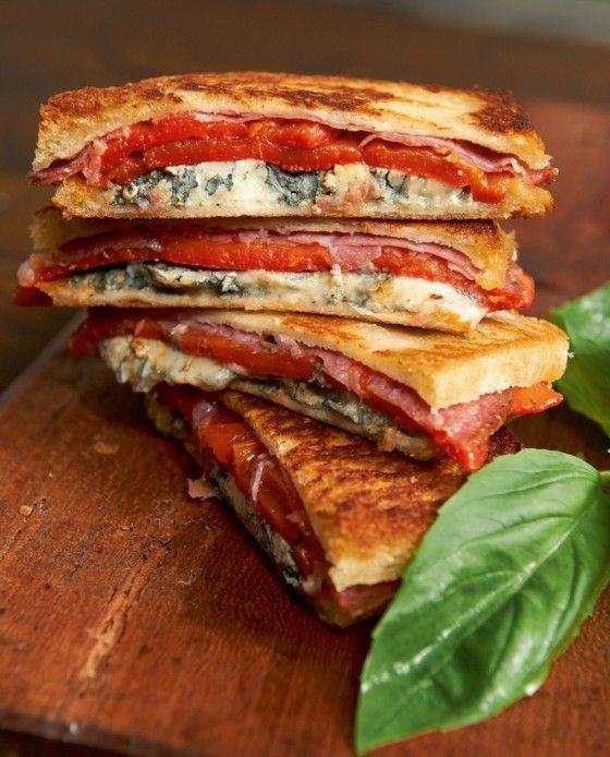 Paprika-Tramezzini///Sie kennen den ItaloSnack nur kalt? Dann erleben Sie jetzt Ihr krosses Wunder. Mit Fenchelsalami und Blauschimmelkäse ein echtes Highlight.