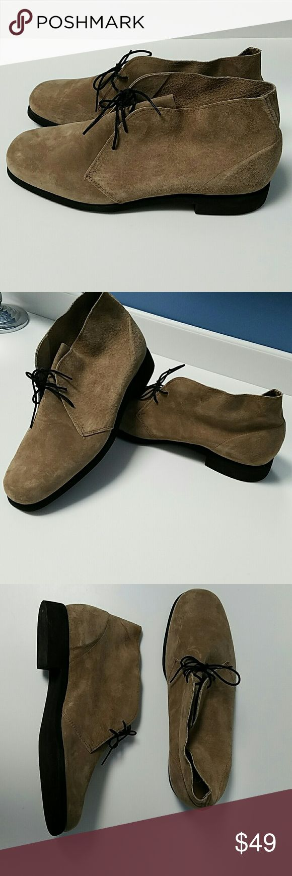 MENS DESERT CHUKKA TAN HUSH PUPPIES BOOTS These look brand new! These are suede leather desert boots or chukkas. Great look with rolled skinny jeans.  Brand: Hush Puppies  Size 11 1/2  Color: Tan Hush Puppies Shoes Chukka Boots