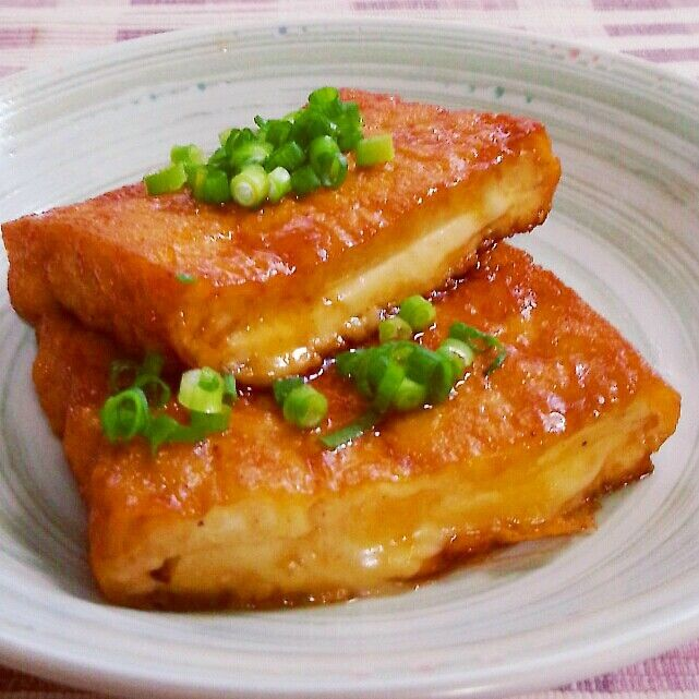 簡単すぎてごめんなさい! って感じなんですけど(。-∀-) 美味しいですよ♪  もぅ一品欲しい時に作ってみてね♪  絵面が高野豆腐と煮てるけど 全く別物です( ̄∇ ̄*)ゞ(笑)   【材料】2人分 大判揚げ(普通の厚揚げでok)…2枚 とろけるチーズ…2枚 サラダ油…大さじ1 バター…20㌘ 醤油…大さじ1~2  【作り方】 ①厚揚げは幅を半分に切って、切り口のところから切り込みを入れてポケット状にする。半分に切ったチーズを入れて挟む。  ②フライパンにサラダ油を熱し①を入れて両面こんがりと焼く。バターと醤油を入れて全体に絡めて出来上がり。   ※実ゎチーズ入れなくても美味しかったりします♪  ※トッピングにネギ、大葉、チリメンジャコ、一味なんかもイケますよ!