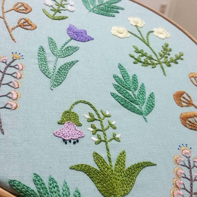 서둘러 준비된 정원 생일 맞은이에게 줄 선물   #embroidery #handembroidery #flower #wildflowers #happiness #needlework #needlepoint #야생화자수 #자수 #자수클래스 #자수액자 #펜그림 #자수도안 #손그림 #일러스트