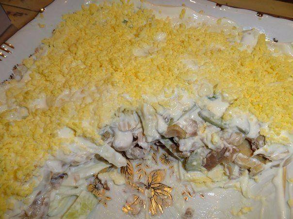 ТОП-10 САЛАТИКОВ С ГРИБАМИ   1. Салат из куриного филе, свежих огурцов и консервированных шампиньонов  Ингредиенты:  -2-3 вареных куриных филе, -3 вареных вкрутую яйца, -2 свежих огурца, -1 небольшая луковица, -1 небольшая банка консервированных шампиньонов, -100 г сыра, майонез  Приготовление:  Куриное филе, огурцы, луковицу порезать кубиками. Из шампиньонов слить воду, при необходимости — порезать. Сыр натереть на мелкой терке. Из яиц вынуть желтки, а белки порезать соломкой. Выкладывать в…