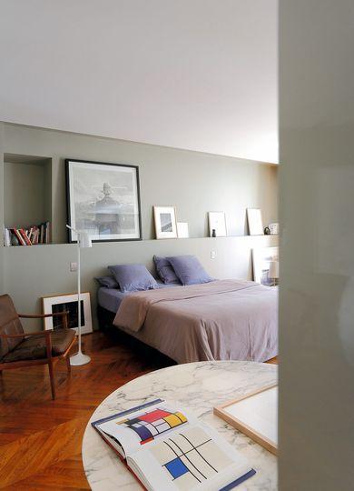Une chambre qui collectionne les cadres. Plus de photos sur Côté Maison http://petitlien.fr/7j2z