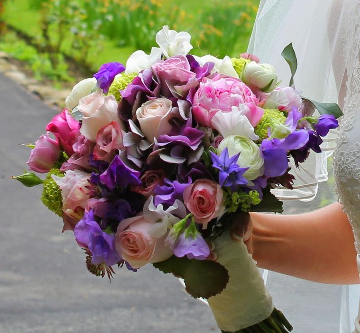 Ranunculas, Roses, Sweet Peas, Peonies, Brodea, Viburnum Opulus, Hydrangeas and Alchemilla Mollis