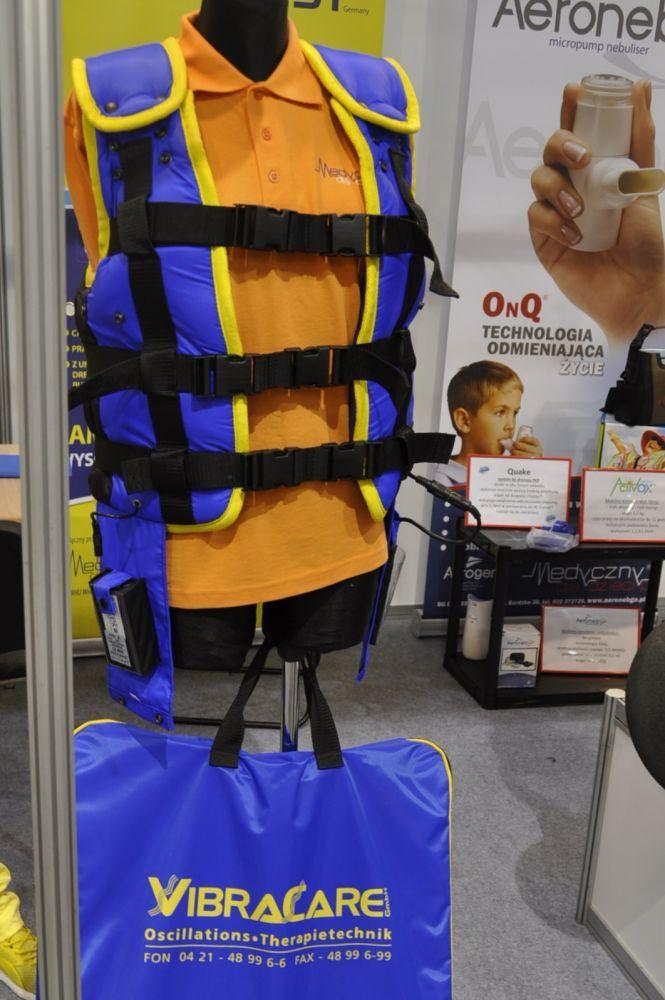 Fundacja WOŚP od początku swojego istnienia pomaga rodzicom niepełnosprawnych dzieci w dofinansowaniu zakupu sprzętu do rehabilitacji domowej. dofinansować głównie zakup wózków inwalidzkich, pionizatorów, rowerów rehabilitacyjnych czy aparatów słuchowych. Naszą uwagę szczególnie zwróciły kamizelki oscylacyjne – do drenażu dzieci z mukowiscydozą – urządzenia bardzo drogie ale ogromnie potrzebne, w których dofinasowaniu również uczestniczymy.