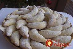 Šlehačkové rohlíčky s kokosem. Výborný recept nielen na sviatočný stôl, ale aj kedykoľvek inokedy. Napríklad aj dnes, ako skvelý dezert ku kávičke! Príprava je úplne jednoduchá – v troch krokoch.