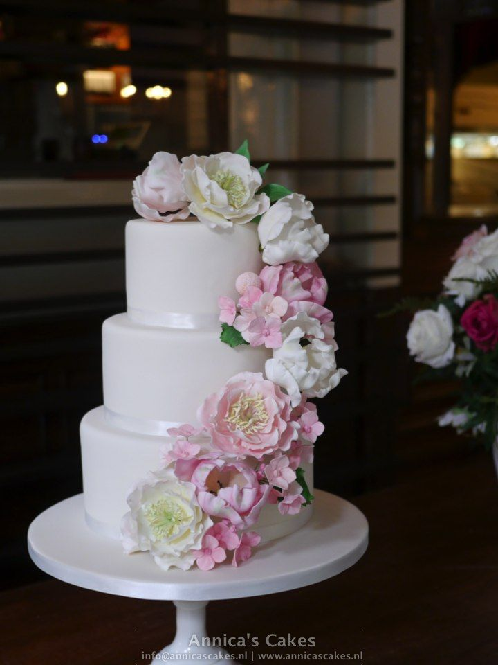 Bruidstaart met suikerwerk pioenrozen, papagaaitulpen en hortensia