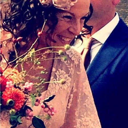 Hallo Victor, Onwijs bedankt voor het maken van mijn bruidsjurk.. geen wit niet truttig maar gewoon stoer en een tikkeltje romantische.Heel veel mooi reacties gekregen , iedereen zei.. woowh echt een Veronique jurk!! Thanks X