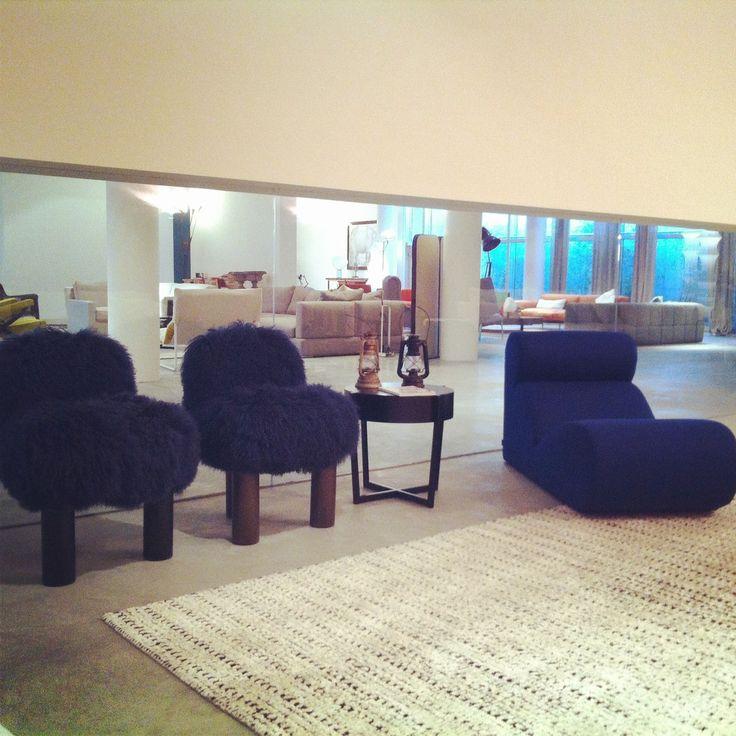 arflex - Total look blue - Botolo armchair in fur and Boborelax design Cini Boeri. Spider small table