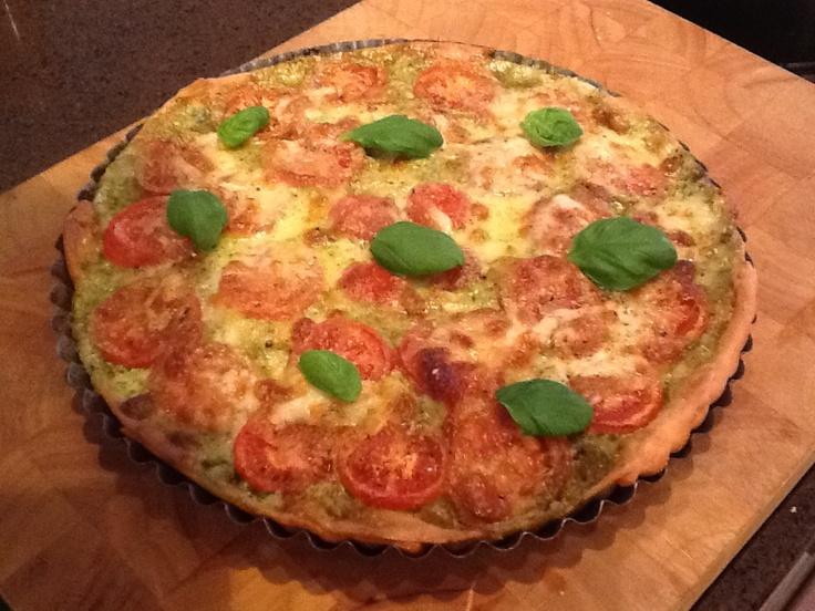 Tomaten mozzarella taart uit de receptenvinder van Appie. Gemaakt met zelf gemaakte presto. Nog lekkerder!  Aanrader!