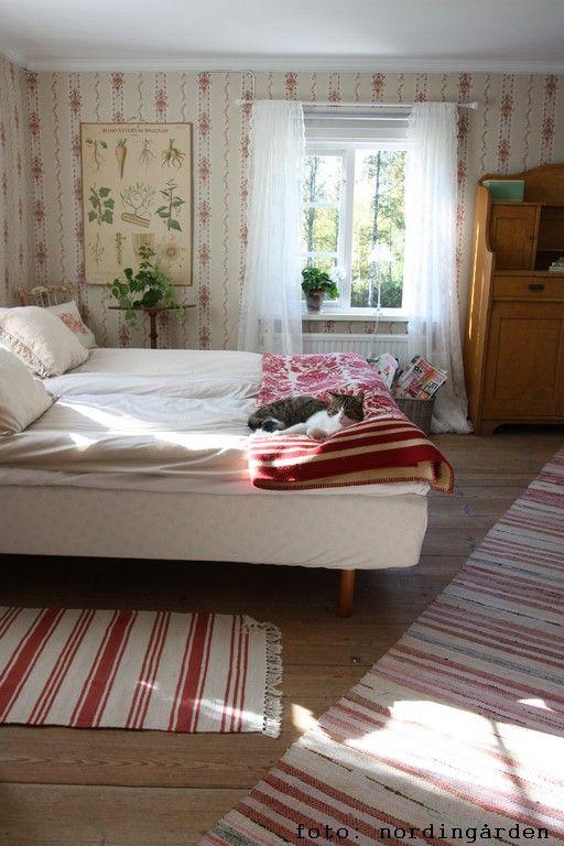 Jag hade besök avmin bloggvän L som var på genomresa i helgen. Så nya sängkläderbäddades i. Inte mycket blommor finns inte nu längre ...
