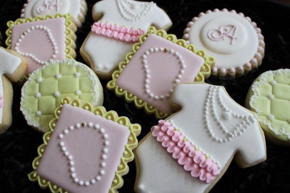Cette annonce est pour 1 douzaine magnifique diamant et perle sur le thème bébé douche biscuits au sucre personnalisé faite pour vous ! Votre ensemble comprendra 3 de chaque cookie montré: 3 collier de perles, puffy 3 couvertures (carrés ou ronds / votre choix), 3 monogrammes et 3 Bodies. Si vous souhaitez changer le combo, faites le moi savoir. Aime bien le look de ces cookies, mais besoin de quelque chose de différent ? Il suffit de demander !  Ce sont des biscuits de tailles agréables...
