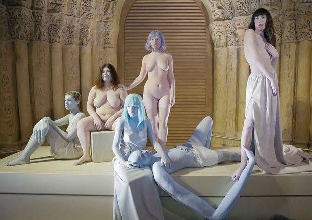 Kenzo coloca mulheres 'reais' nuas em cenário de desfile