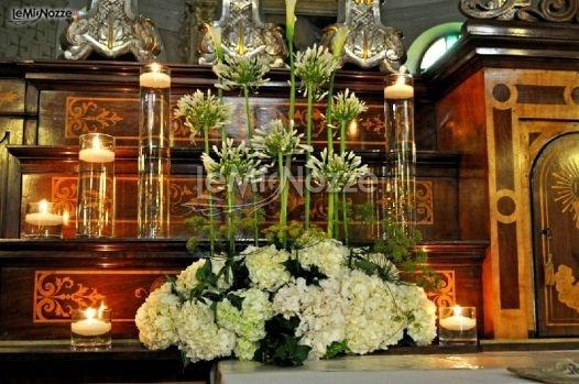 http://www.lemienozze.it/operatori-matrimonio/fiori_e_addobbi/fiori-matrimonio-modena/media/foto/14  Decorazioni di fiori bianchi per la cerimonia di nozze