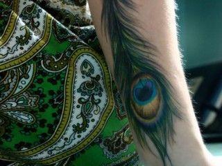 tatuaje de pluma pavo real en el brazo