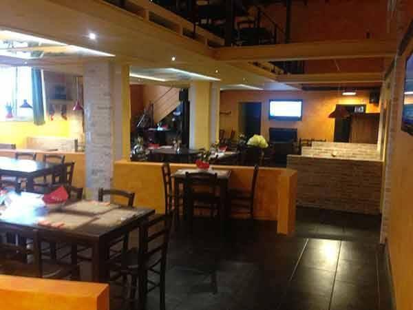 "Allestimento ""Daytona Pub"" a Piacenza con panche, tavoli, sedie e sgabelli Maieron snc Arredo pub   www.mobilificiomaieron.it - 0433775330"