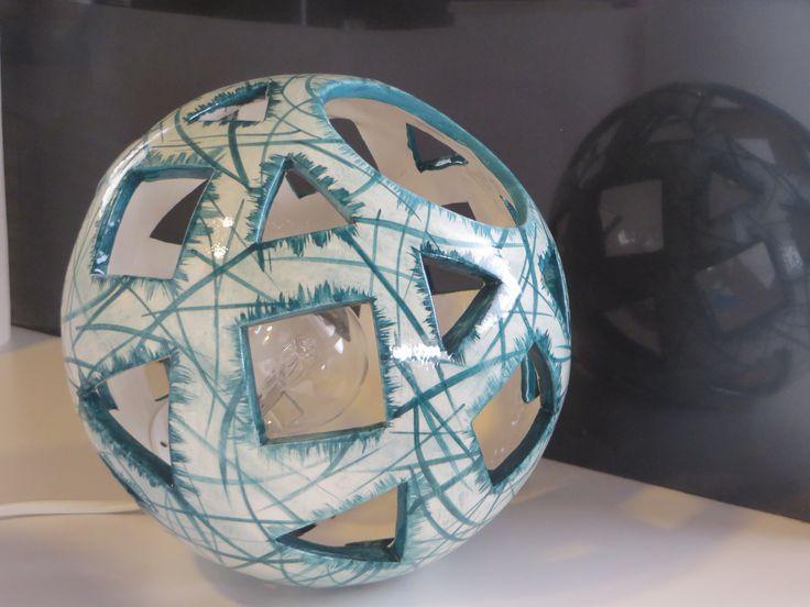 μπάλα απο λευκό πηλό με αφαίρεση γεωμετρικών σχημάτων και διακόσμηση με πυροχρώματα