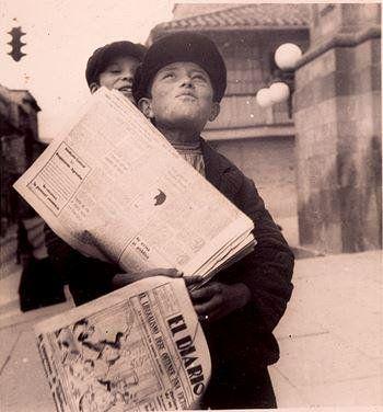 Niño voceador de prensa en la Catedral Primada de Bogotá. Foto de Luis Benito Ramos, 1935 por @Historiabogota