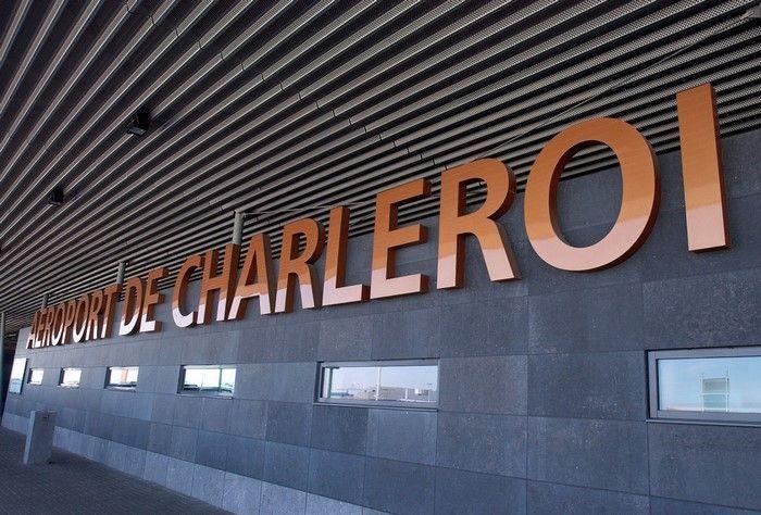 El Aeropuerto de Charleroi está concectado con Bruselas mediante un Shuttle Bus que sale cada 30 minutos. Este autobús se coge justo a la salida del aeropuerto. Su parada está perfectamente indicada. El billete sencillo cuesta 13 euros, y el de ida y vuelta 22 euros. El autobús te deja en la estación de tren de Bruselas