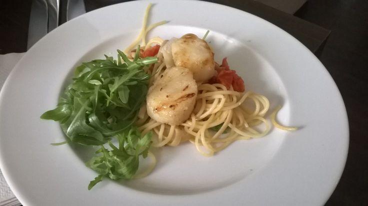 Homemade - hřebenatka, špagety, rukola