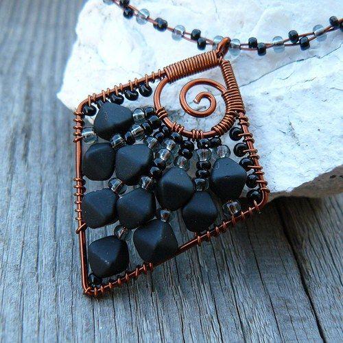 Černý přívěsek/ blue beads in diamond shape.
