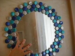 5.-Espejos o marcos con tapas : Si pintamos las tapas de las botellas y las usamos para decorar nuestros espejos, mira lo bien que quedan :).