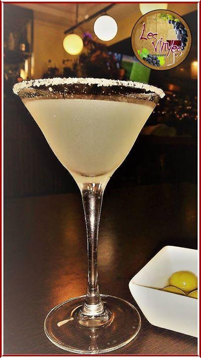 Te apetece un Classic Margarita?  La Margarita es un cóctel a base de tequila triple seco y zumo de lima (o de limón) y por supuesto con su toque de sal en el borde de la copa.  Pídeselo a Rubén nuestro barman favorito
