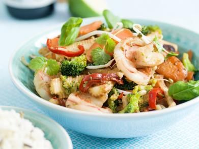 Wok van scampi's, broccoli en worteltjes