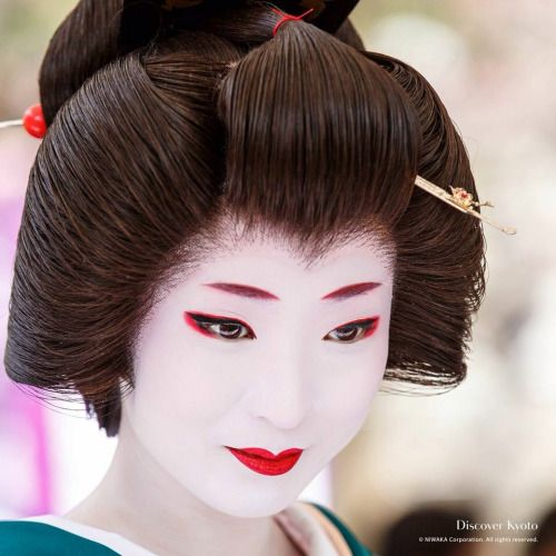 pourleboys: How I feel when I'm dressed to the nines. I wouldn't mind feeling like Geiko Umeha-san when I'm all spiffed up XD
