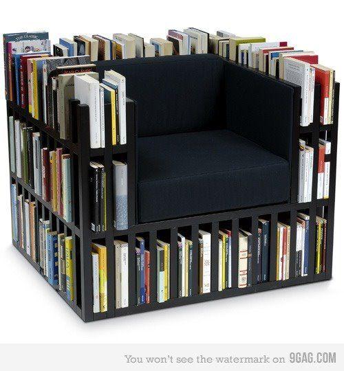 Poltrona de livros.