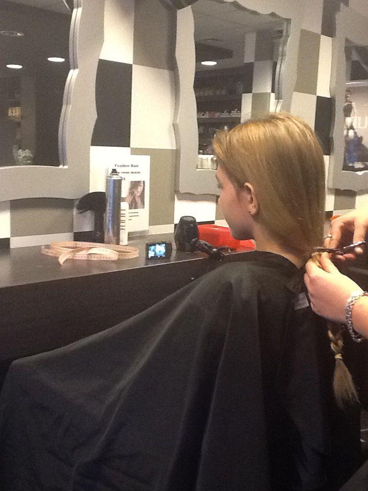 De schaar erin. Dit is een ander meisje, maar mijn dochter Femke heeft ook haar haar af laten knippen in december voor stichting haarwensen. Trots op!