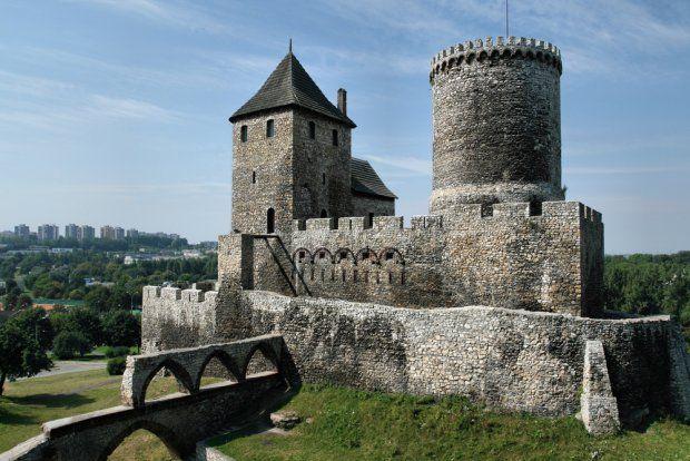 Zamek w Będzinie. Historia fortyfikacji w Będzinie sięga IX wieku. Już wtedy na Górze Zamkowej wzniesiono gród, prawdopodobnie należący do plemienia Wiślan lub jego zachodniego odłamu. Gród był kilkakrotnie rozbudowywany: m.in. w miejsce pierwotnej palisady wzniesiono istniejący do dziś zewnętrzny wał podgrodzia, a wewnętrzny wał podgrodzia zniwelowano celem założenia cmentarza wczesnochrześcijańskiego (XII wiek). Obecnie - Muzeum Zagłębia.