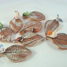 8 porte-couteaux en céramique avec de petits animaux sur des feuilles