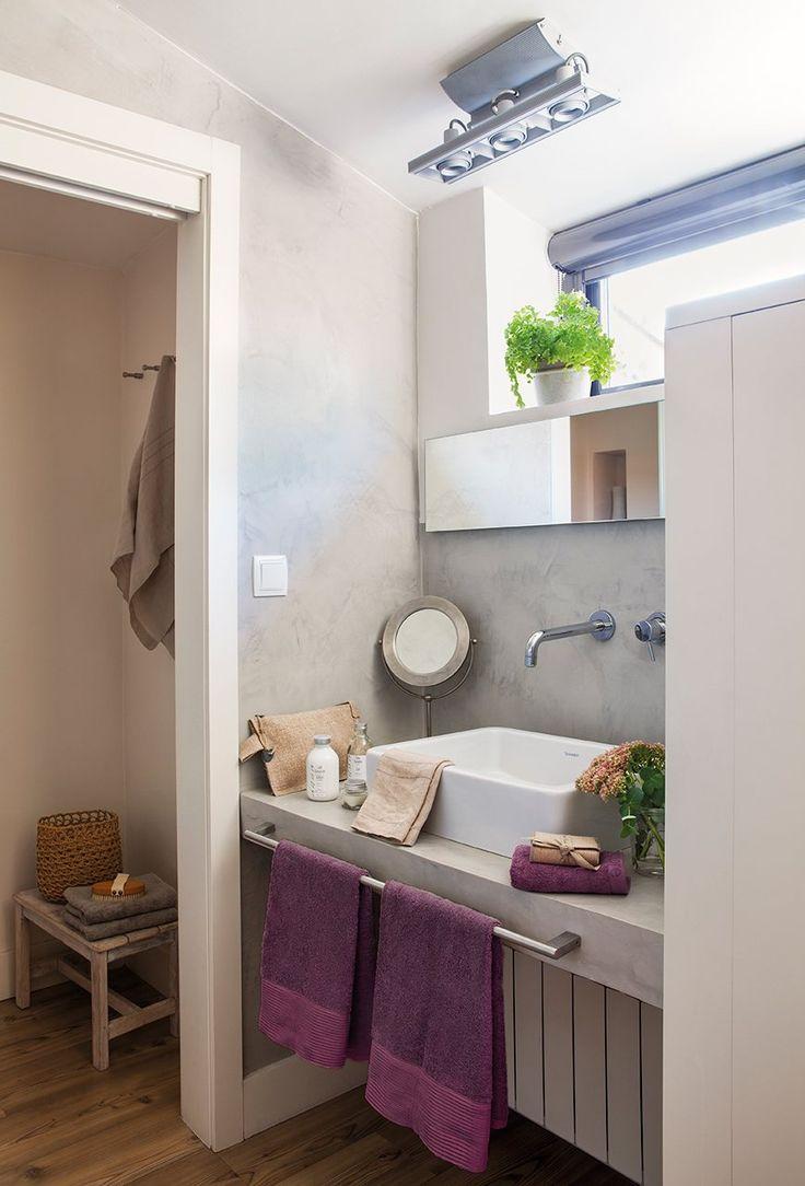 El tragaluz Para dar luz y ventilar el baño se abrió este ventanal alargado en la parte superior de la pared del lavamanos. El espejo, mu...