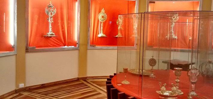 Este es un Museo de Arte Religioso en Popayán.  En este salon estan objetos religiosos hechos de oro.