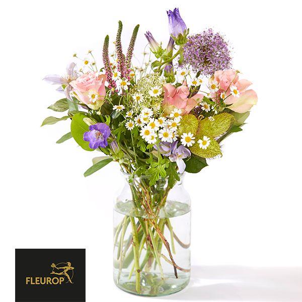 Echte zomerse bloemen in een fris boeket. Met o.a. roos, dematis en matricia