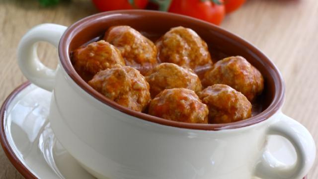 Vleesballetjes en selder in tomatensaus met gekookte rijst - Recept   VTM Koken