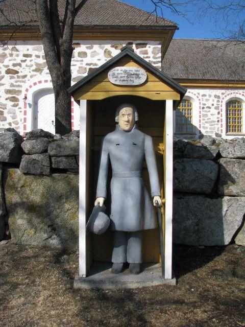 Uusikaarlepyyn Munsalan kirkon vaivaisukko. Erilaista ukossa on, että siinä on kaksi rahareikää ja hattu on kädessä. Ukon tekijä on kanttori Anders Gestrin ja se on tehty v. 1851. (Markus Leppo: Vaivaisukot)
