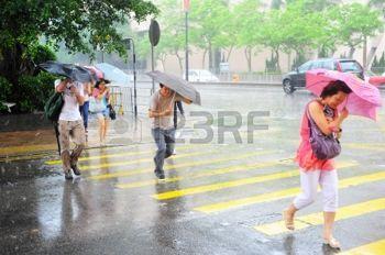 regen%3A+Hong+Kong+SAR+-+20+mei+2012%3A+Mensen+die+de+weg+in+de+regen.+Met+een+landmassa+van+1.104+km+en+bevolking+van+7+miljoen+mensen%2C+Hong+Kong+is+een+van+de+meest+dichtbevolkte+gebieden+in+de+wereld