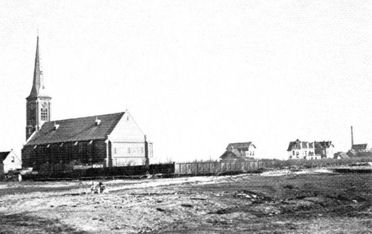 De Rooms Katholieke Kerk van IJmuiden werd ingewijd in 1884. Hier ope een foto uit 1908. Op de voorgrond is later het Koningsplein gekomen
