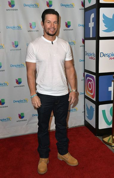 """Mark Wahlberg Photos - Actor Mark Wahlberg is seen on the set of 'Despierta America' to promote the movie 'Daddy's Home 2' at Univision Studios at Univision Studios on October 25, 2017 in Miami, Florida. - Celebrities Visit Univision's """"Despierta America"""""""
