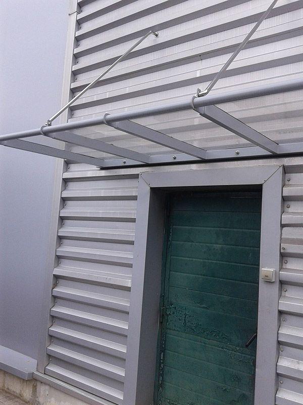 Marquesina con estructura de acero y cubierta de policarbonato compacto. #gipuzkoa #hernani #urnieta