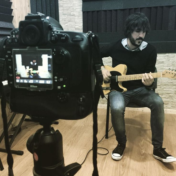 Nuestro querido Fer grabando un video de guitarra @thesessioncmm  @sergiobsdrums @barberadiego @ferdyborja #guitar #fender #music #lifeismusic #learning #modernmusic #drumming #burriana #escuela #academy #clases #jazz #rock #rockschool #schoolofrock
