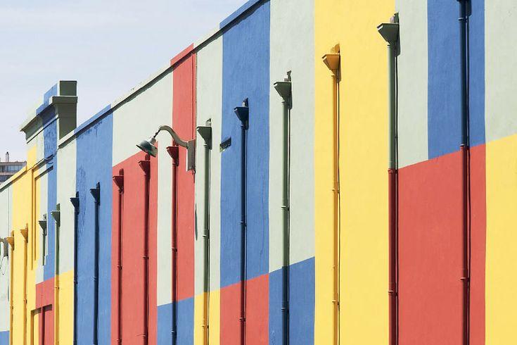 François PERRODIN, Lyon, 2012 ▪︎ Malgré le développement fulgurant du quartier Confluence à Lyon, un certain nombre de parcelles sont encore mises à l'écart. Ainsi de la rue Vuillerme qui semblait promise à l'oubli avant qu'Unibail-Rodamco mandate Art Entreprise et l'artiste François Perrodin pour lui redonner des couleurs.