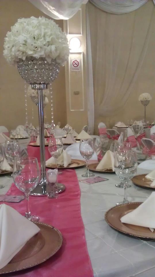 Centro de mesa a medio nivel con accesorios en - Centros de mesa para quinceaneras ...
