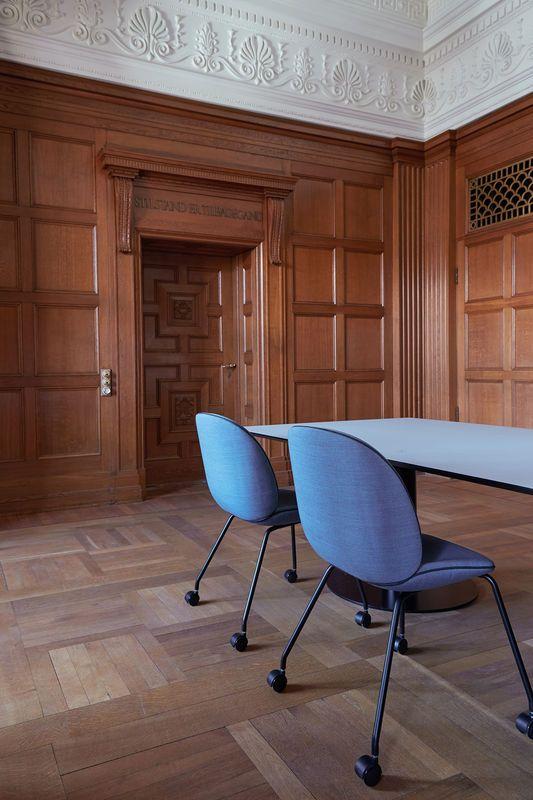 Um mix de estilos - a cadeira Beetle super moderna desenhado por GamFratesi - aqui com rodas - good style. GUBI.