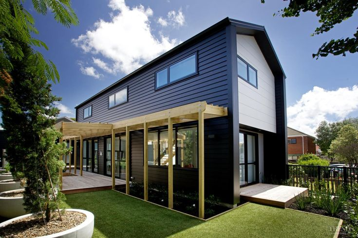Dramatic on the outside, spacious on the inside, this Smarter Small Home by Jennian Homes benefits from James Hardie cladding #modernliving #ecoliving #jameshardie #linea