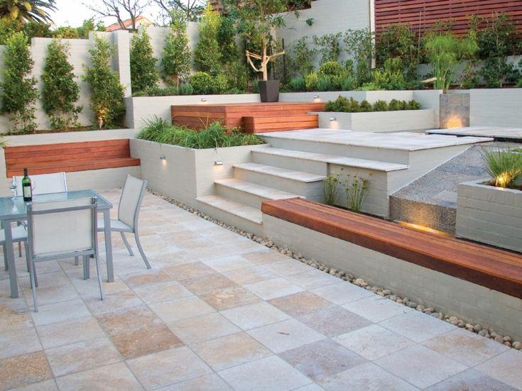 Travertin Terrassenfliesen, gemauerte Sitzbänke mit Holz Auflage